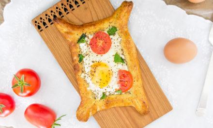 Huevos en canasta con queso de cabra